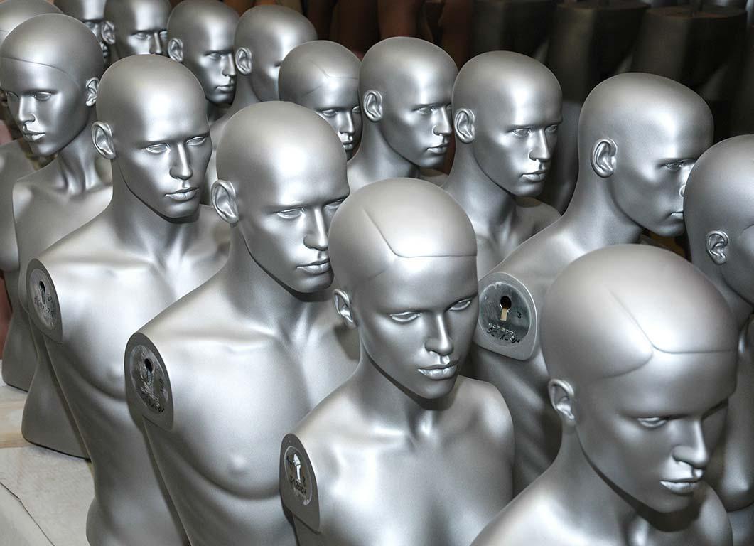 Umlackierung alter Figuren, ursprünglich mit Make-up, jetzt in Silber-Metallic