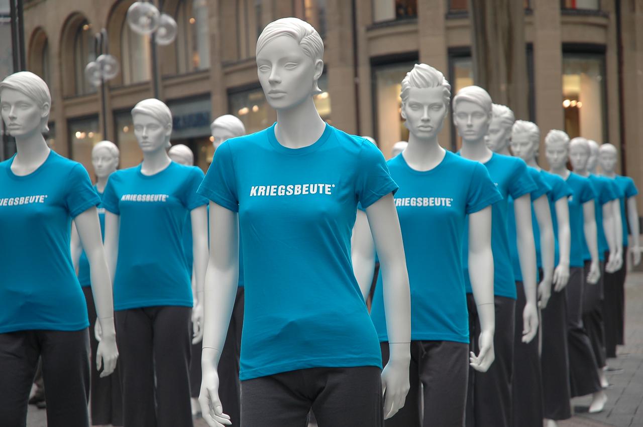 Medica mondiale – Schaufensterfiguren als Teil einer Kampagne